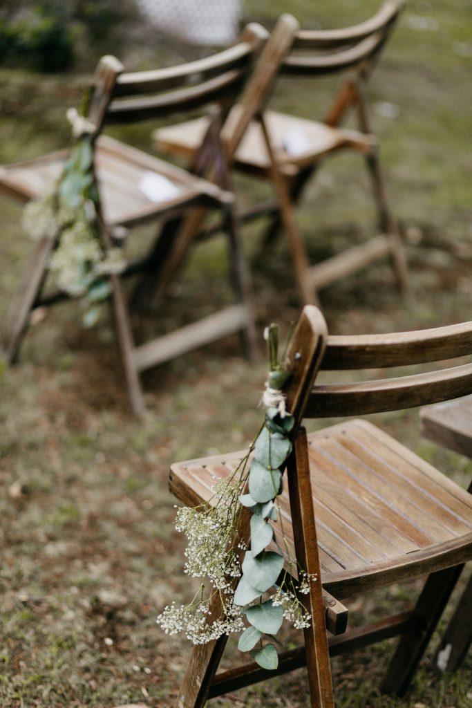 Buitenbruiloft vintage stoelen